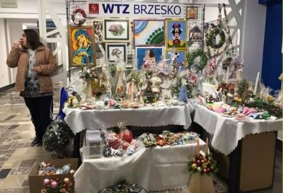 TRWA ŚWIĄTECZNY KIERMASZ BOŻONARODZENIOWY WTZ BRZESKO